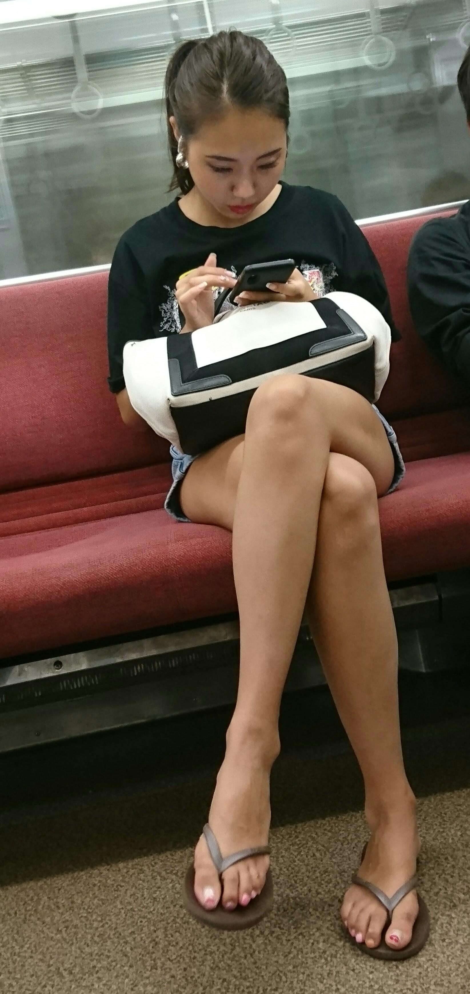 ムチムチ感でエロさが倍増する足組みの太ももエロ画像