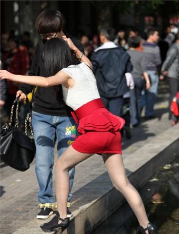 スカートが捲りあがりそうで期待しちゃうタイトミニのエロ尻画像