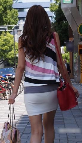 タイトスカートが尻に張り付いてパンツを透けさせたりパン線が見えたりエ□過ぎる