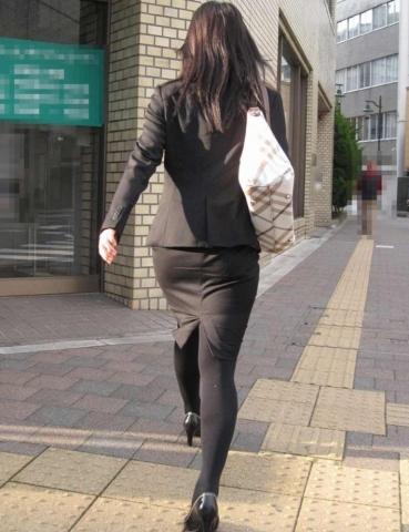 体のラインが強調されてるリクルートスーツのOLさんの街撮り画像