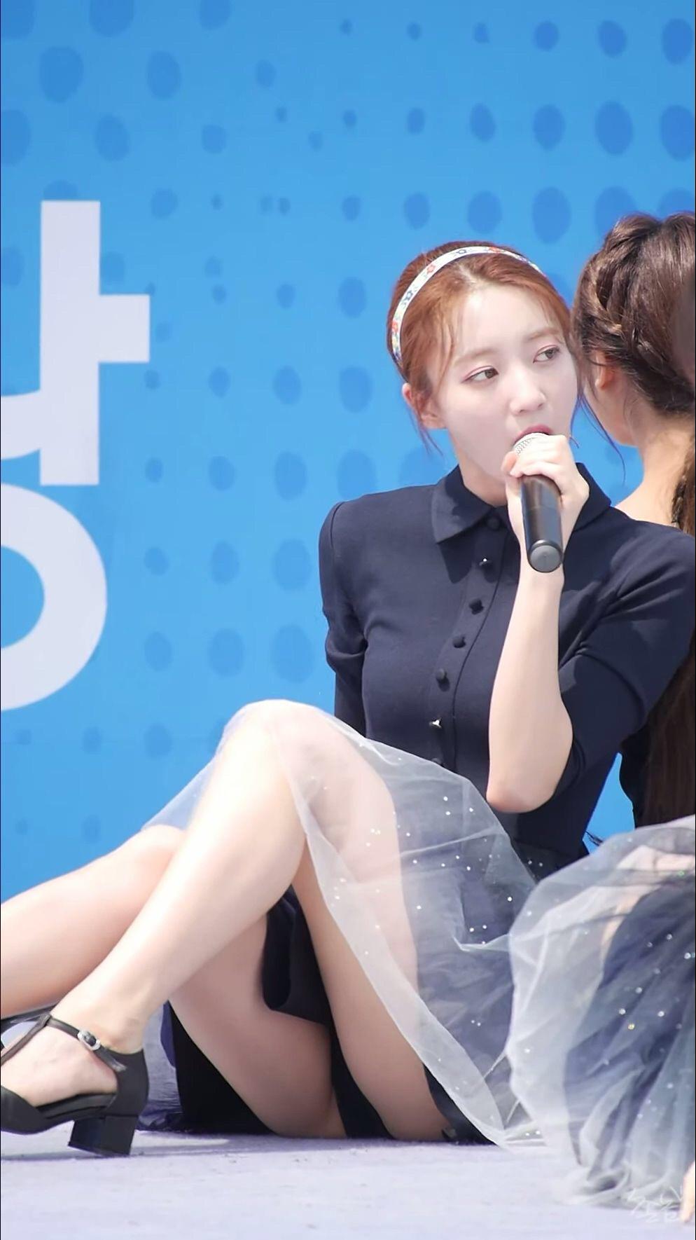 韓国のアイドルグループOH MY GIRLがパンチラ見せまくりであざとくエロアピール
