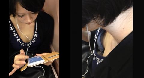電車内であえて座らず胸チラ・乳首チラを撮影する強者