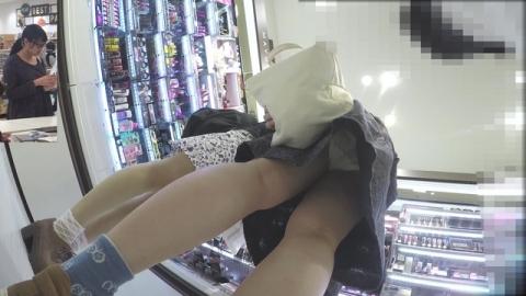 ショッピングモールで買い物してる若い女子のスカート中身を「逆さ撮り」成功してる映像入手☆