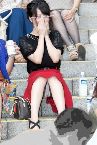 アダルト画像3次元 - 【ドしろーとパ●チラ盗み見エ□画像】ミニスカ生足で街中に座り込んでクロッチ丸見えなGALの胯間を隠し撮り!!