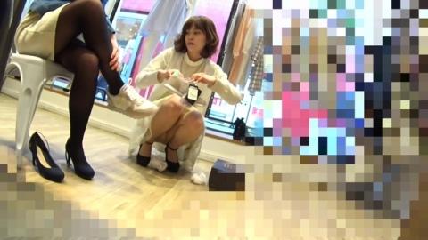 【エロ画像】スカートの女性ショップスタッフさんが接客で座り込んだところをパンモロ盗み見してる映像を入手ンゴ★