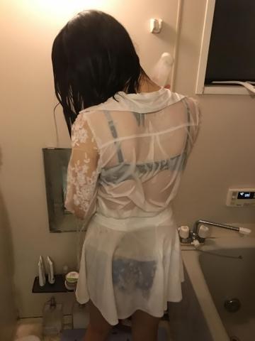 「透けブラ」大好物の下着フェチな男が集うスレに→綺麗な嫁の濡れ姿をアップする神が降臨する!