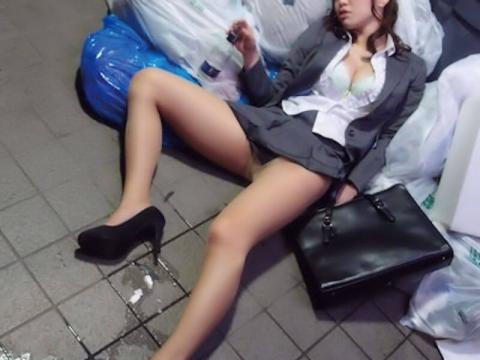 泥酔女性のパ○チラパンモロ見放題なエ□写真