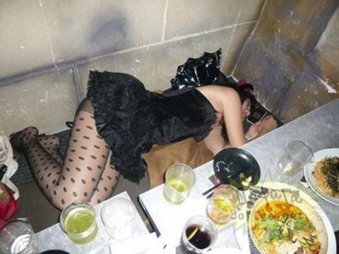 【泥酔エ□画像】ほぼ100%…この後レ●プされるであろう泥酔女の行き倒れwwwww