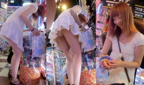 (パンツ丸見え えろ写真)スカートを穿いて前屈みになるとパンツがマル見え