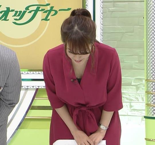 鷲見玲奈 お辞儀で胸元チラキャプ画像(エロ・アイコラ画像)