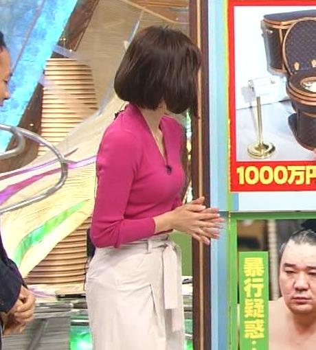 梅津弥英子 エロいニットおっぱい。Vネックで前にかがんでちょっと胸ちらキャプ画像(エロ・アイコラ画像)