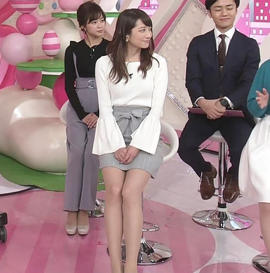 笹崎里菜 ミニスカで座って太もも見え過ぎキャプ画像(エロ・アイコラ画像)