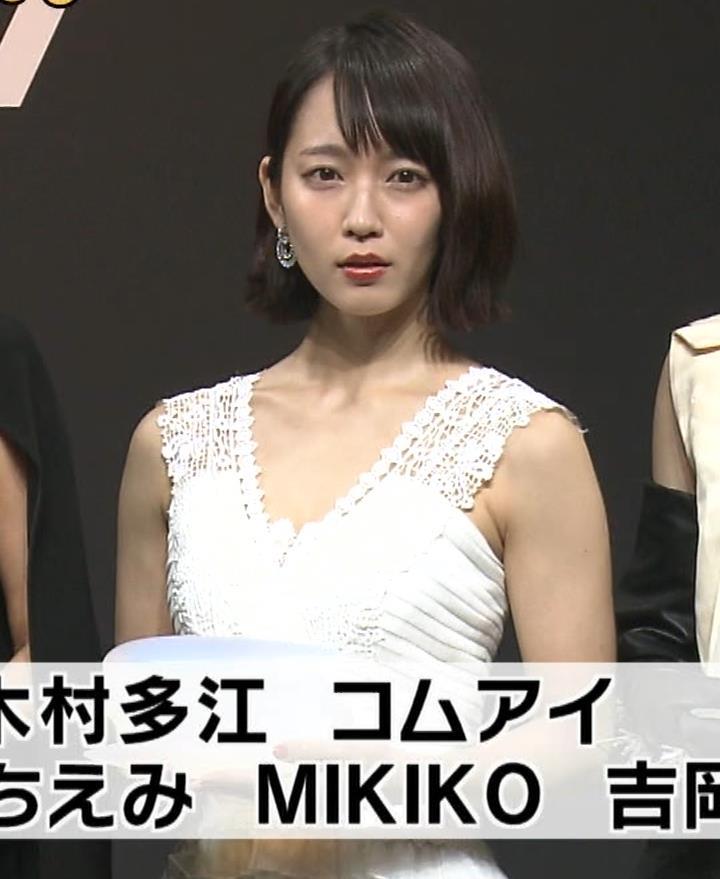 吉岡里帆 胸の谷間がチラチラしてる白いドレスキャプ画像(エロ・アイコラ画像)