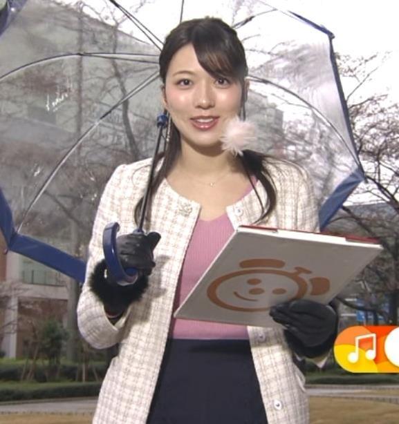 阿部華也子 コートの下のニットおっぱいがエロく見えてしまうキャプ・エロ画像