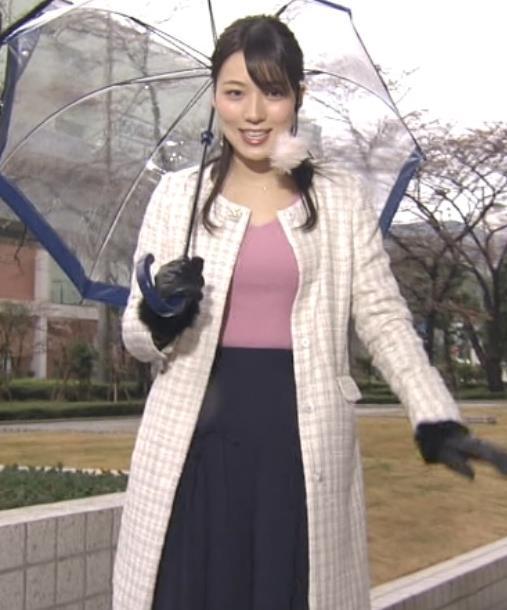 阿部華也子 コートの下のニットおっぱいがエロく見えてしまうキャプ・エロ画像2
