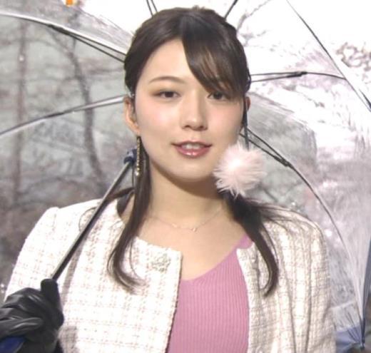 阿部華也子 コートの下のニットおっぱいがエロく見えてしまうキャプ画像(エロ・アイコラ画像)