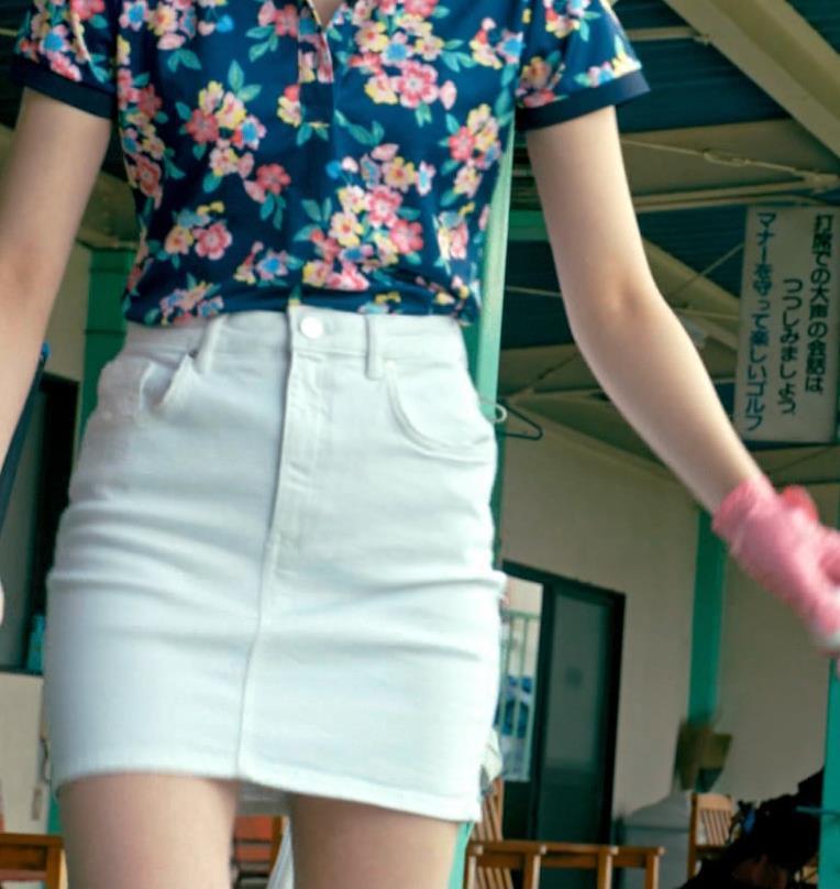 足立梨花 パンツが過激に透けた尻を突き出すドラマ!キャプ・エロ画像