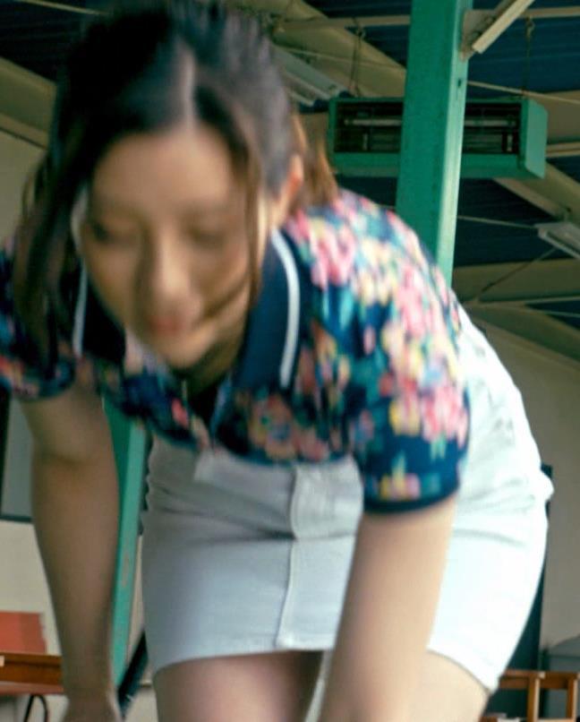 足立梨花 パンツが過激に透けた尻を突き出すドラマ!キャプ・エロ画像2