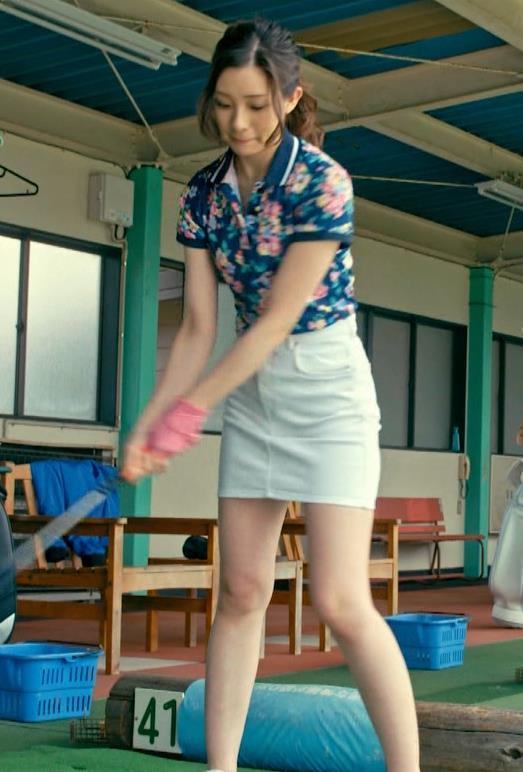 足立梨花 パンツが過激に透けた尻を突き出すドラマ!キャプ・エロ画像8