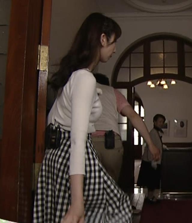 愛原実花 ニット巨乳横乳がアップで撮られるキャプ・エロ画像