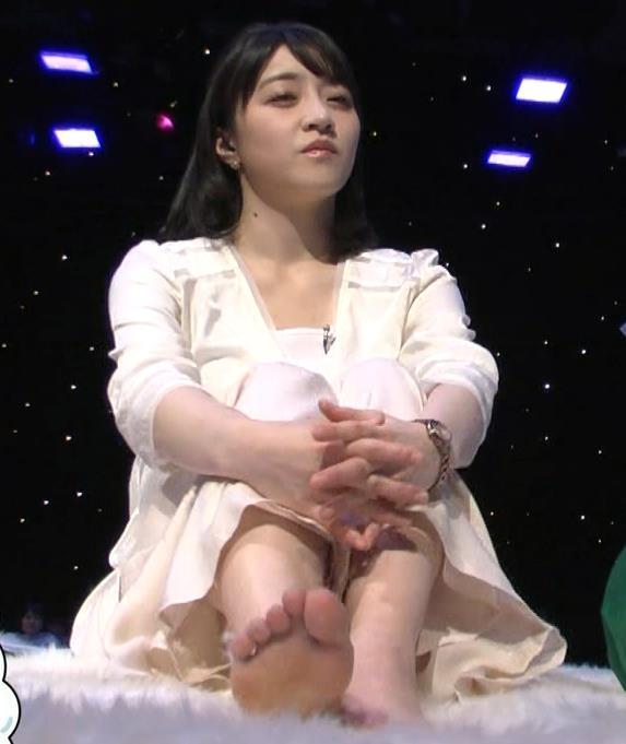 赤木野々花アナ かわいい体育座り。珍しい女子アナの足裏キャプ・エロ画像3