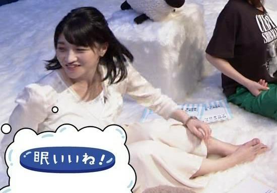 赤木野々花アナ かわいい体育座り。珍しい女子アナの足裏キャプ・エロ画像6