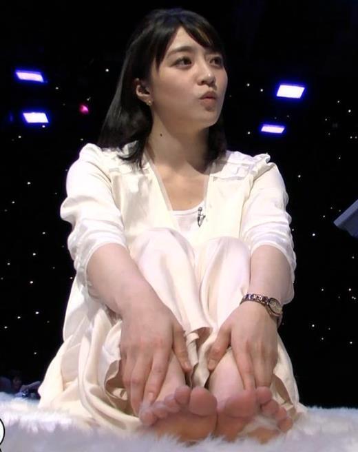 赤木野々花 かわいい体育座り。珍しい女子アナの足裏キャプ画像(エロ・アイコラ画像)