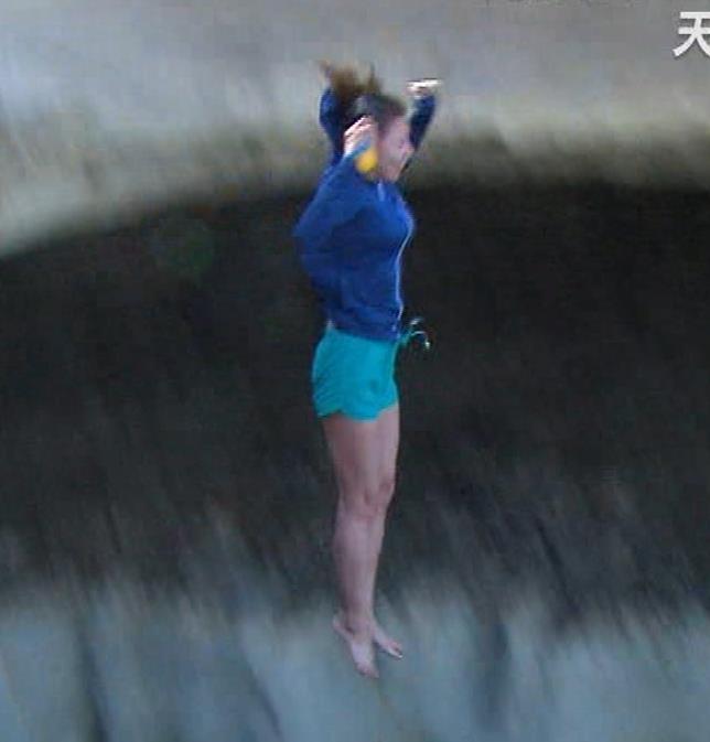 青木愛 水着でM字開脚をしながらウォータースライダーを滑る!!キャプ・エロ画像9