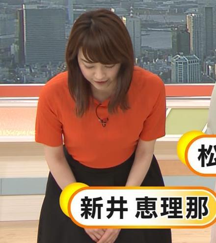 新井恵理那 クッキリ!ニット横乳キャプ・エロ画像2