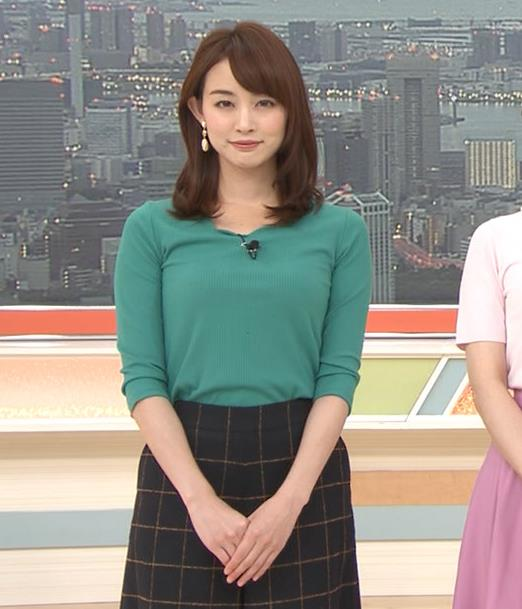 新井恵理那 緑ニットの乳キャプ・エロ画像2