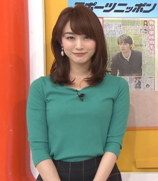 新井恵理那 緑ニットの乳キャプ画像(エロ・アイコラ画像)