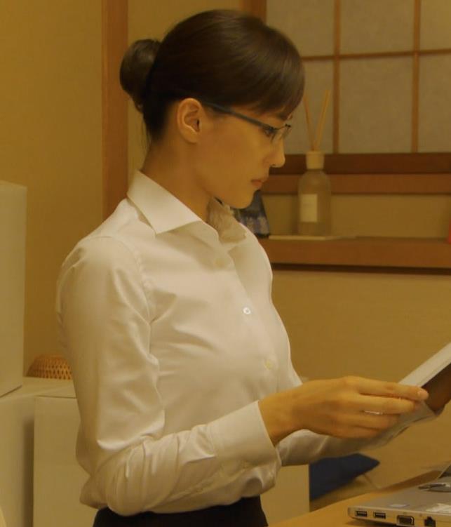 綾瀬はるか ワイシャツでおっぱいがエロいキャプ・エロ画像