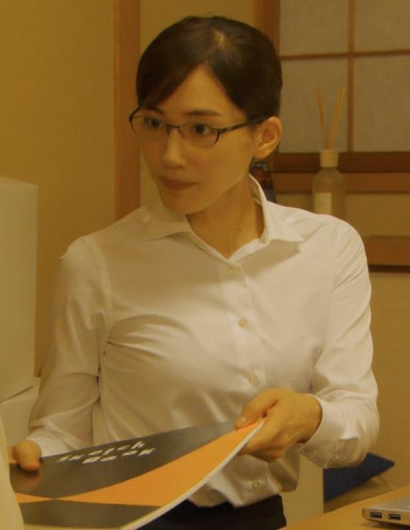 綾瀬はるか ワイシャツでおっぱいがエロいキャプ・エロ画像2