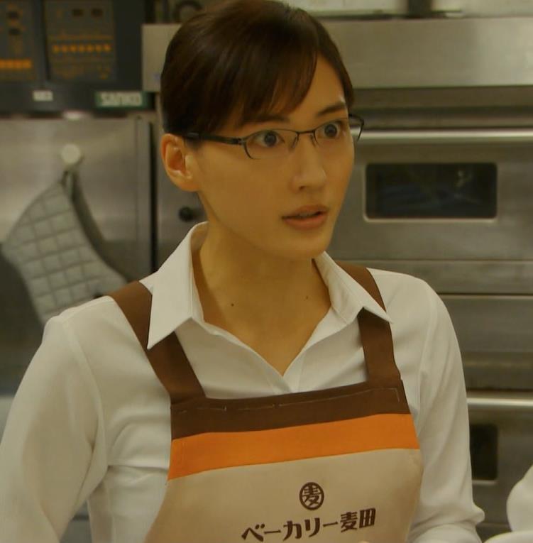 綾瀬はるか ワイシャツでおっぱいがエロいキャプ・エロ画像4