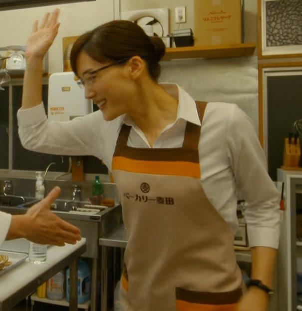 綾瀬はるか ワイシャツでおっぱいがエロいキャプ・エロ画像5