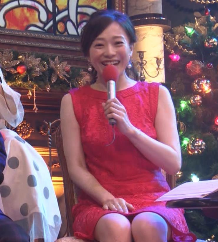 江藤愛アナ クリスマス特番のエロドレスキャプ・エロ画像8