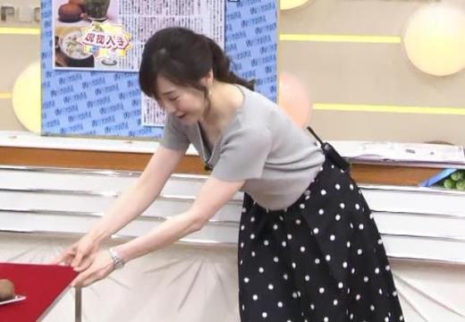 江藤愛 胸元が緩い服で前かがみキャプ画像(エロ・アイコラ画像)