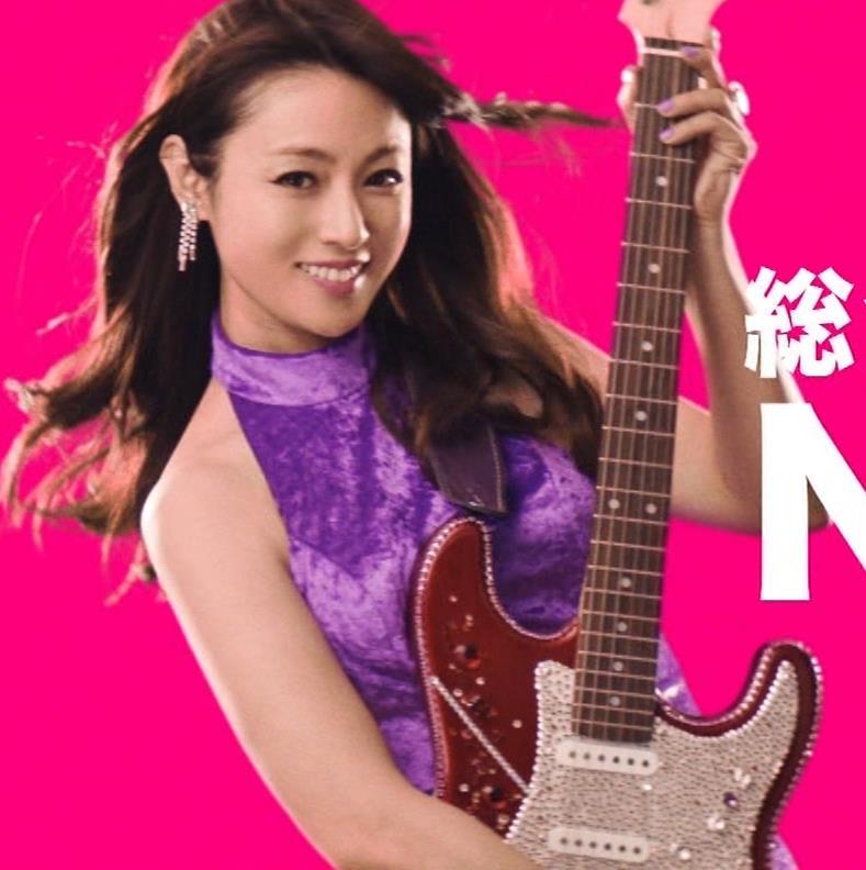 深田恭子 ギターがおっぱいをつぶすCMキャプ・エロ画像