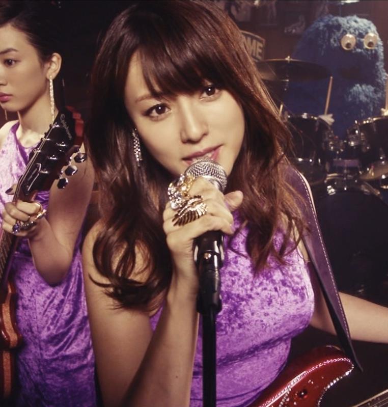 深田恭子 ギターがおっぱいをつぶすCMキャプ・エロ画像2