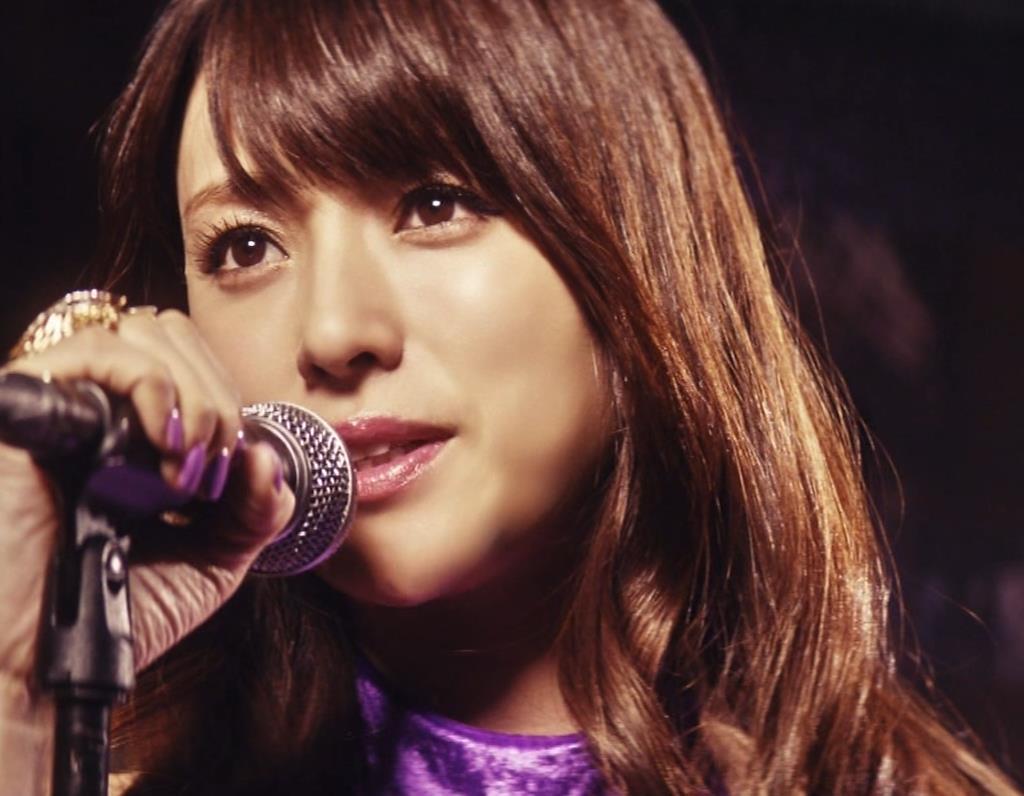 深田恭子 ギターがおっぱいをつぶすCMキャプ・エロ画像3