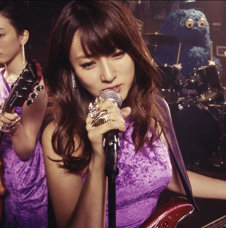 深田恭子 ギターがおっぱいをつぶすCMキャプ・エロ画像4