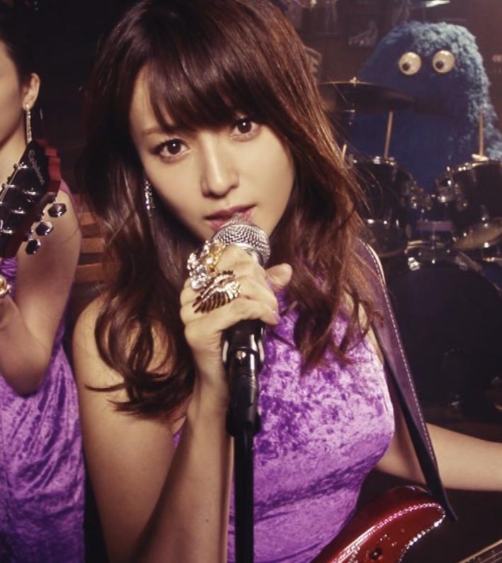 深田恭子 ギターがおっぱいをつぶすCMキャプ・エロ画像5
