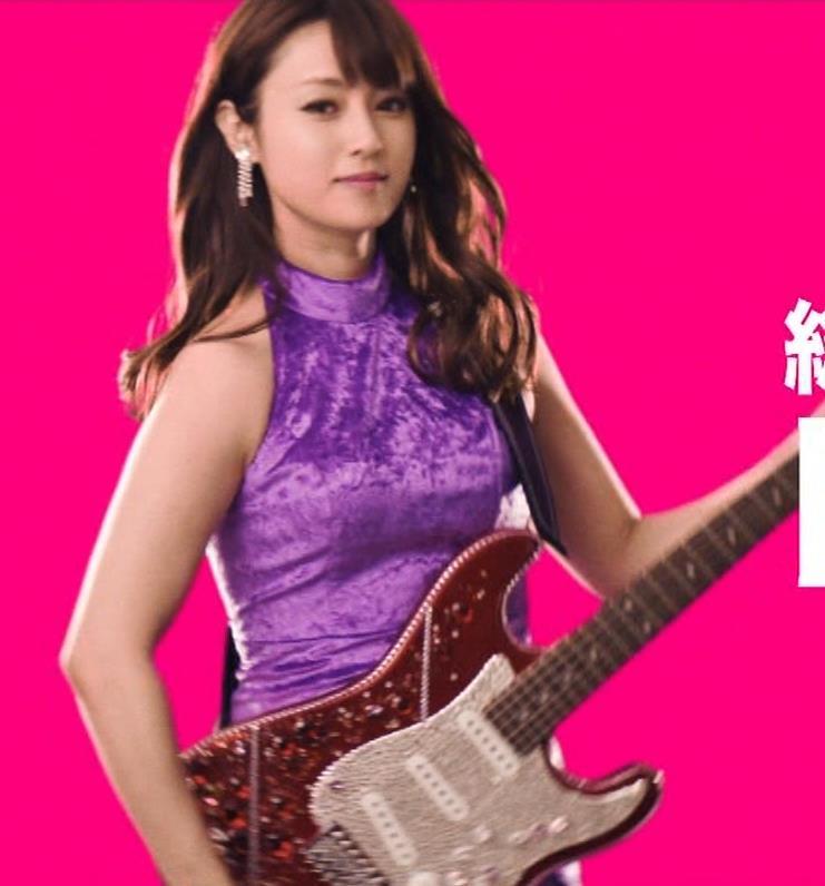 深田恭子 ギターがおっぱいをつぶすCMキャプ・エロ画像6