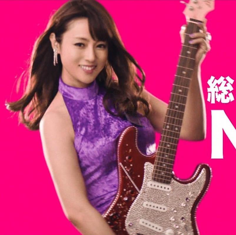 深田恭子 ギターがおっぱいをつぶすCMキャプ・エロ画像7