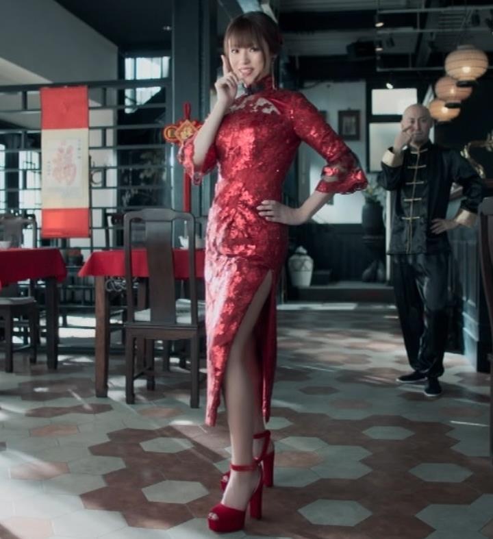 深田恭子 エロ過ぎるチャイナドレス姿のBS4K8KのCMキャプ・エロ画像3