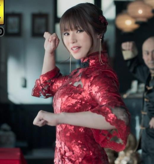 深田恭子 エロ過ぎるチャイナドレス姿のBS4K8KのCMキャプ画像(エロ・アイコラ画像)