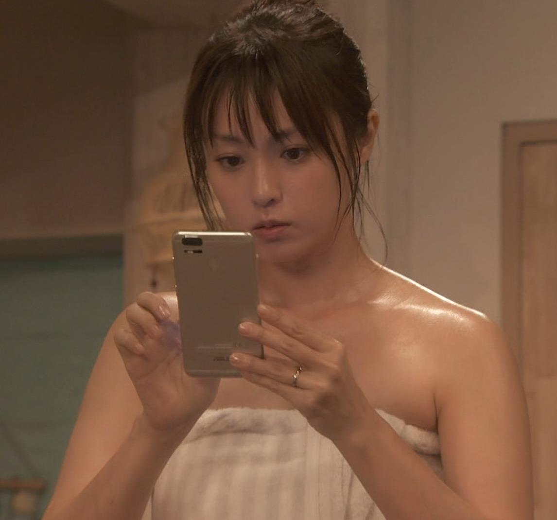 深田恭子 入浴で裸にバスタオル巻いだけキャプ・エロ画像