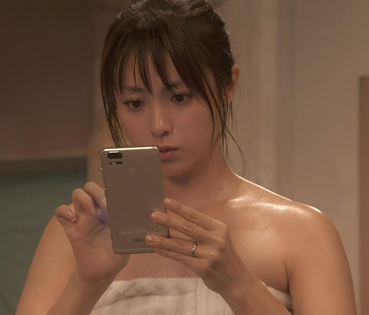 深田恭子 入浴で裸にバスタオル巻いだけキャプ・エロ画像13