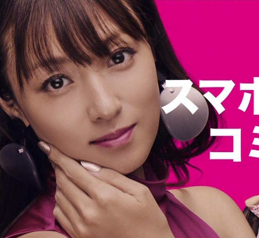 深田恭子 お尻のラインがでたタイトミニキャプ・エロ画像4