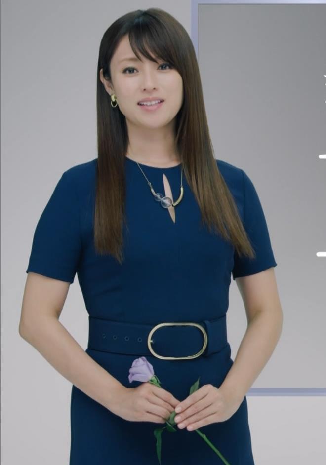 深田恭子 BS4K8Kの宣伝の衣装は体のラインがクッキリでてエロ過ぎキャプ・エロ画像2